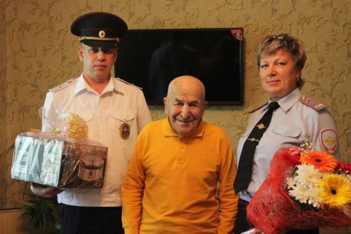 Приморские полицейские поздравили ветерана Великой Отечественной войны с днем рождения
