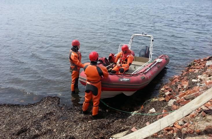 Двух рыбаков спасли с дрейфующей надувной лодки в бухте Лазурной