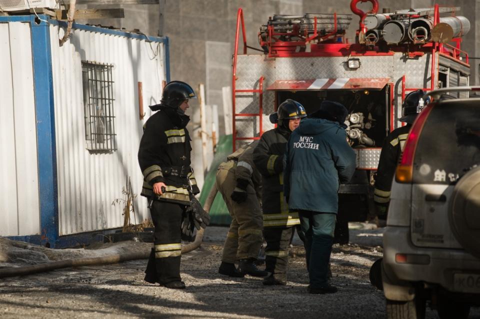 Во Владивостоке пожарные спасли из задымленного лифта женщину с ребенком