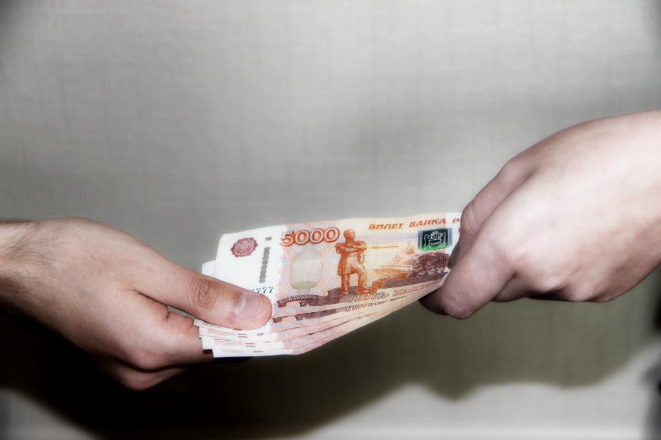 Работница УФМС систематически получала взятки в Приморье