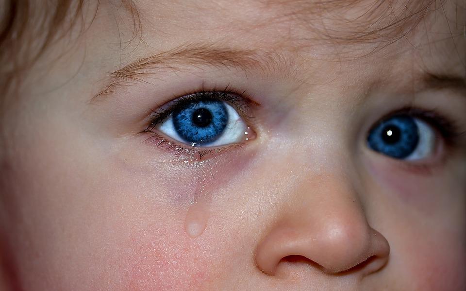 Двухлетний ребенок едва не попал под колеса автомобиля в Приморье