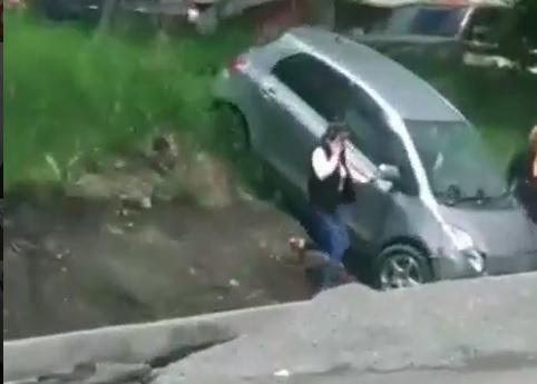 Автоледи испортила работу дорожных служб, неудачно «припарковавшись»