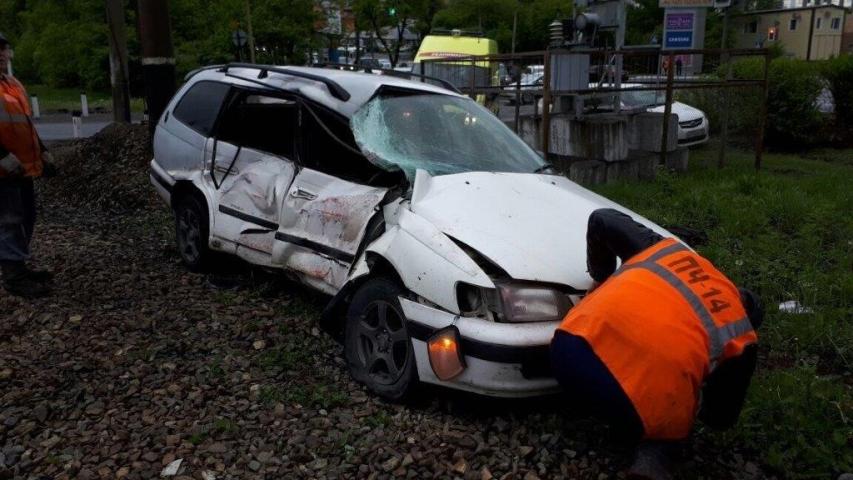 Иномарка и грузовой поезд столкнулись на железнодорожном переезде в Приморье