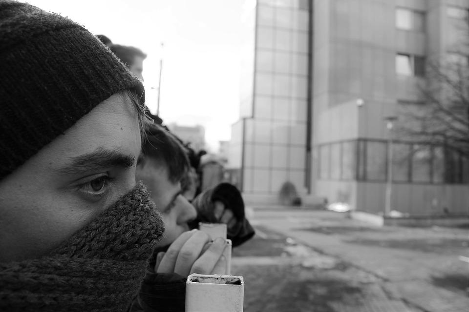 Группа подростков терроризирует жителей многоквартирного дома во Владивостоке
