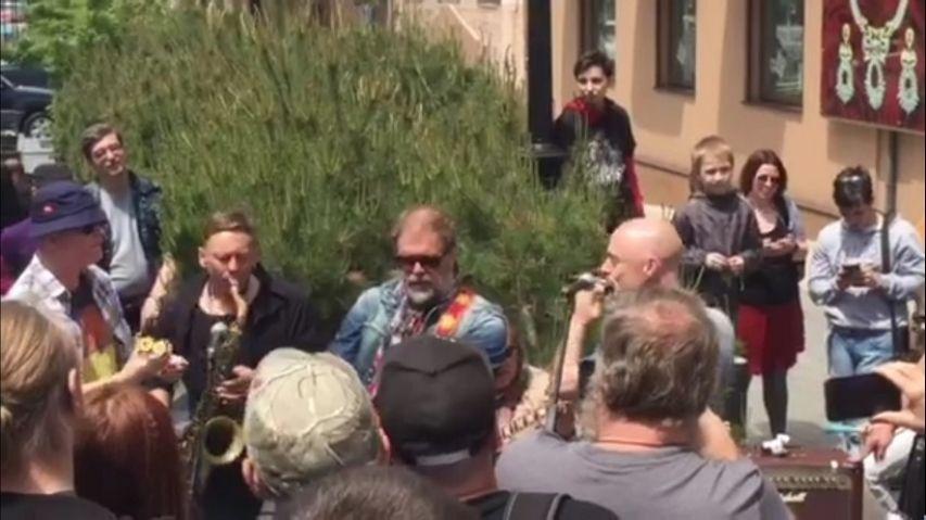 Борис Гребенщиков дал бесплатный концерт в центре Владивостока. Видео