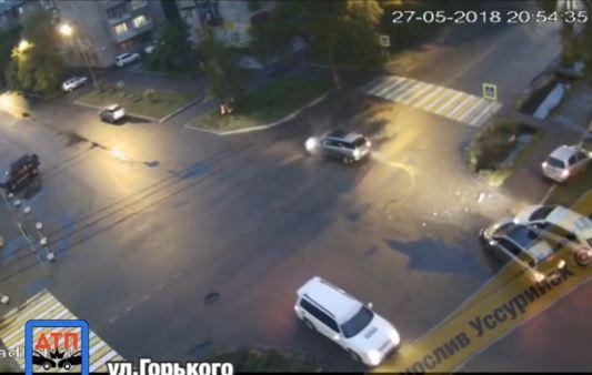 Автомобильный «страйк» на перекрестке запечатлела камера в Приморье