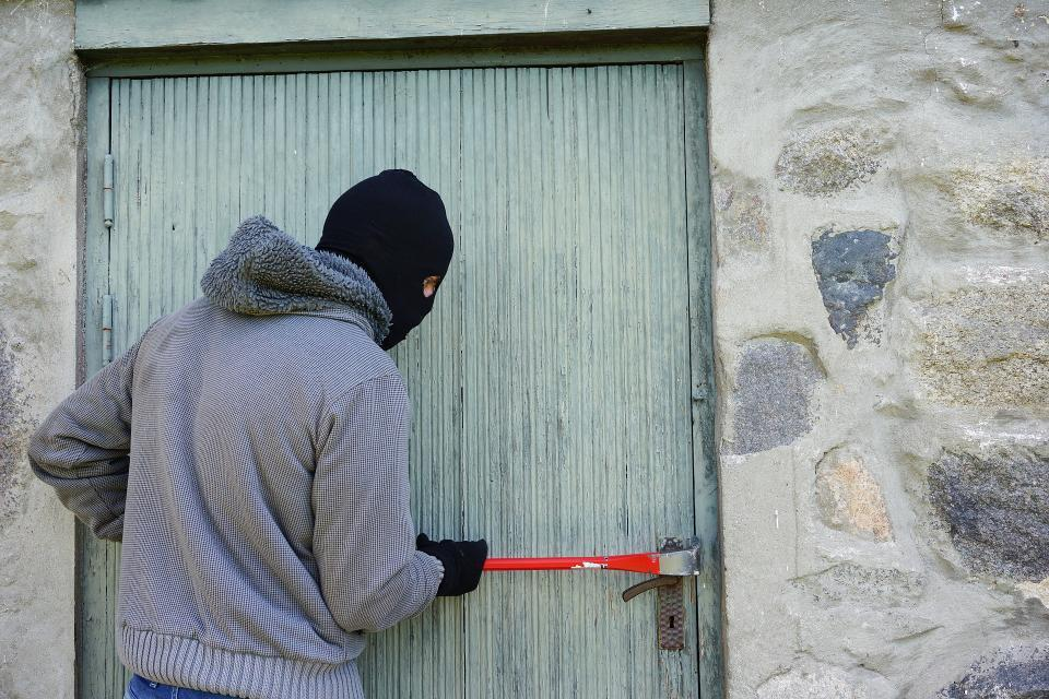 Во Владивостоке воры необычным способом проникли в гараж и совершили кражу на крупную сумму