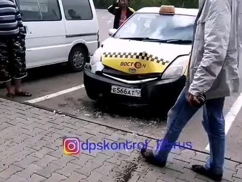 Вывеска на магазине в Приморье «спровоцировала» водителя такси совершить ДТП