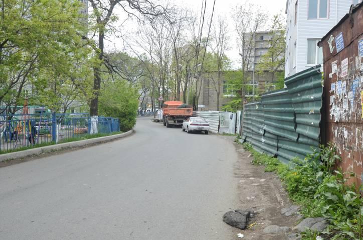 Тротуары, которых нет: пешеходы маневрируют между машинами и заборами