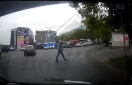 Владивостокский пешеход дерзко наказал водителя, который его не пропустил