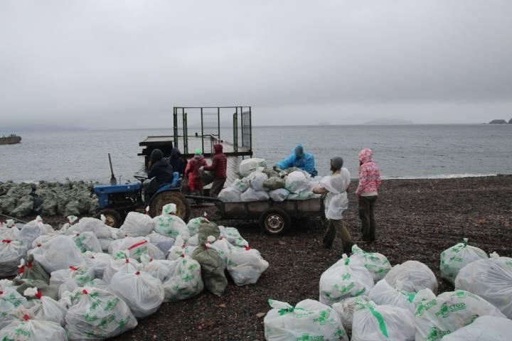 На пляже в Безверхово отдыхающих встречают горы мусора