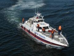 Лодка с тремя людьми перевернулась во Владивостоке