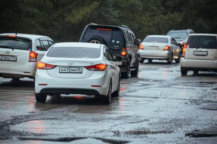 Разлив воды по проезжей части создает угрозу разрушения дороги во Владивостоке