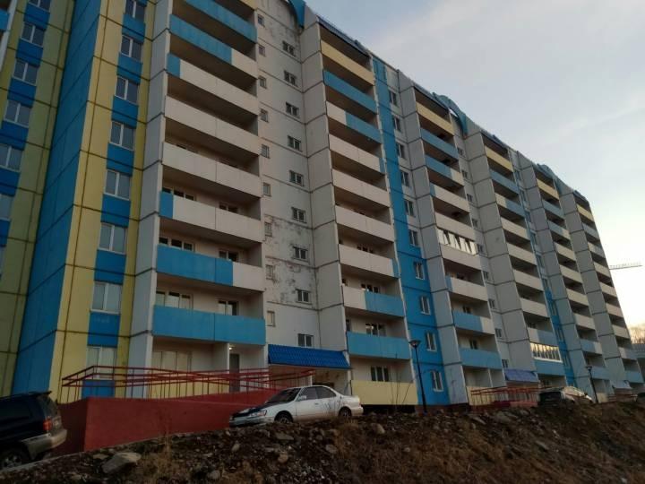 Запертую на балконе женщину спасли пожарные во Владивостоке
