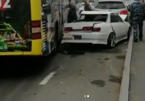 Во Владивостоке произошло массовое ДТП с участием маршрутного автобуса