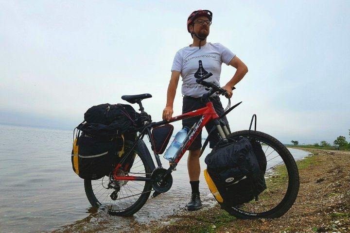 Канадский велосипедист попробовал борщ и водку в Приморье
