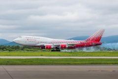 15-летний Boeing-747 прилетел во Владивосток в новой раскраске