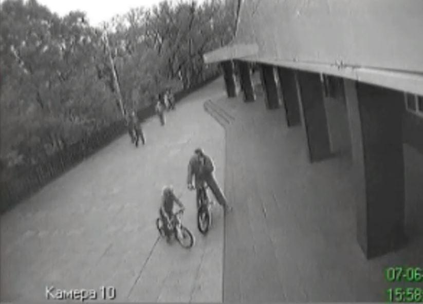 Во Владивостоке ищут велосипедиста, оставившего женщину без зубов