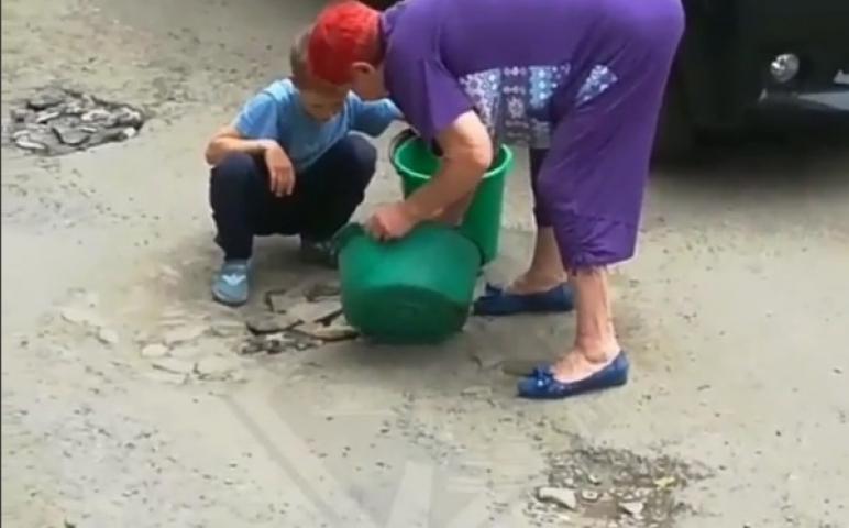 Пенсионерка и маленький ребенок не выдержали бездействия администрации Владивостока