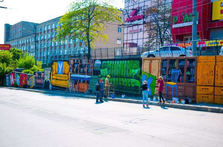 Во Владивостоке появилась яркая подпорная стена, посвященная «Уютному детству»
