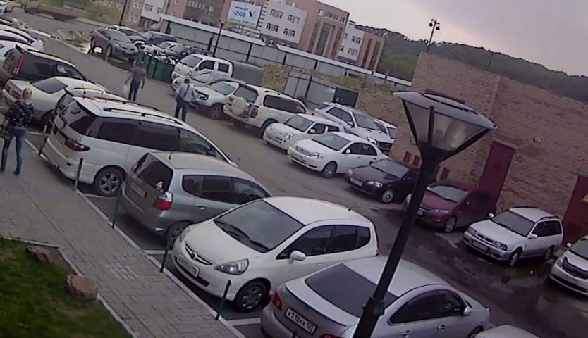 На одной из парковок Владивостока девушка порезала тент на грузовике и закидала его камнями
