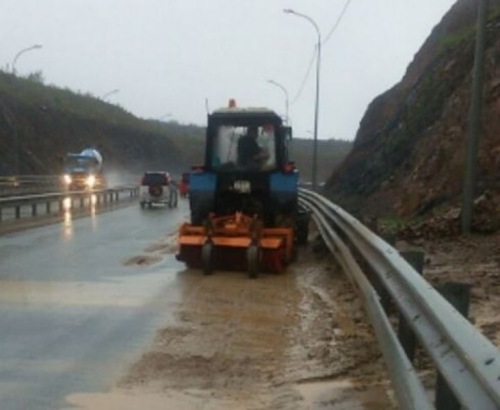 Из-за циклона на объездную дорогу Владивостока обрушился скальный грунт