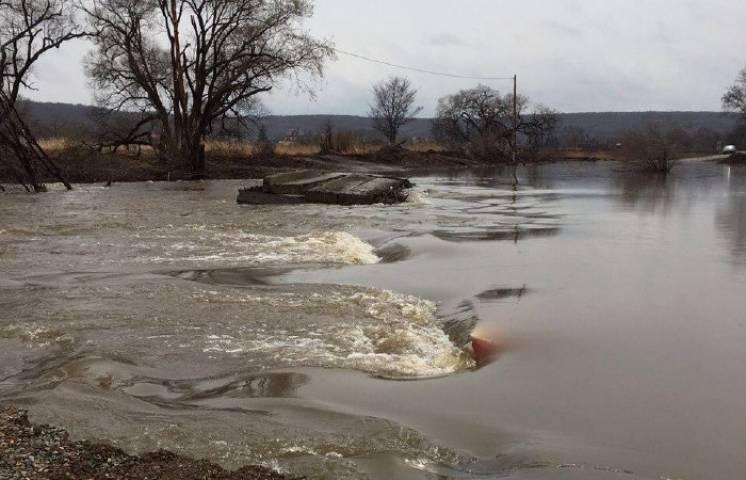 Дожди подтопили мост возле села Кроуновка в Приморье