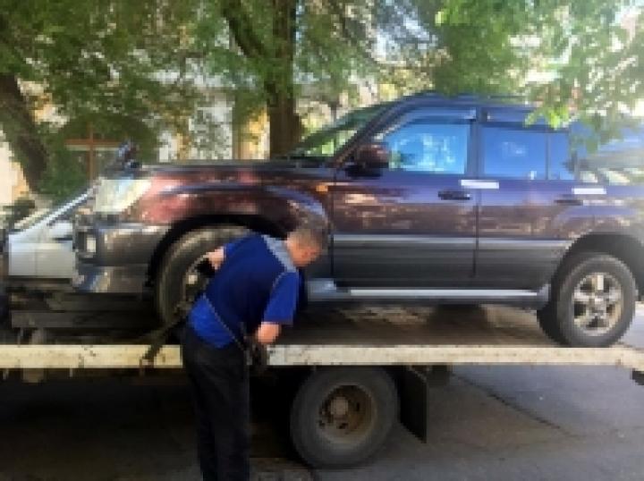 Житель Владивостока, уклоняясь от выплаты алиментов, лишился дорогого автомобиля