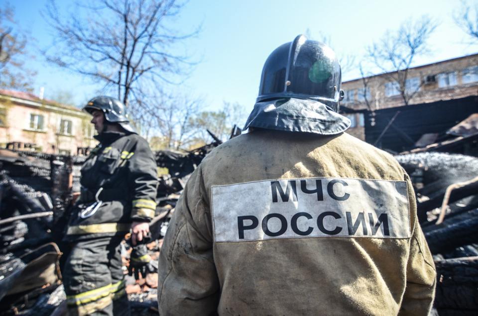 Два гаражных бокса потушили пожарные во Владивостоке