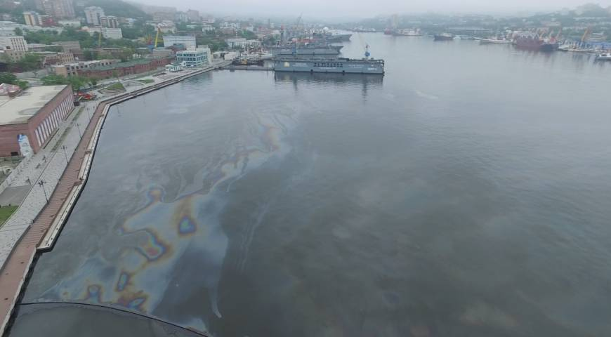 Мазут, разлитый в акватории Владивостока, собирают до сих пор