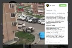 Владивостокцы вручную передвинули машину, припаркованную на тротуаре