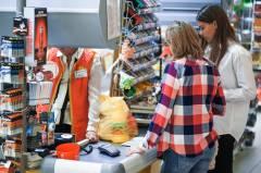 Продавец продуктового магазина избил горожанку и не продал ей спиртное