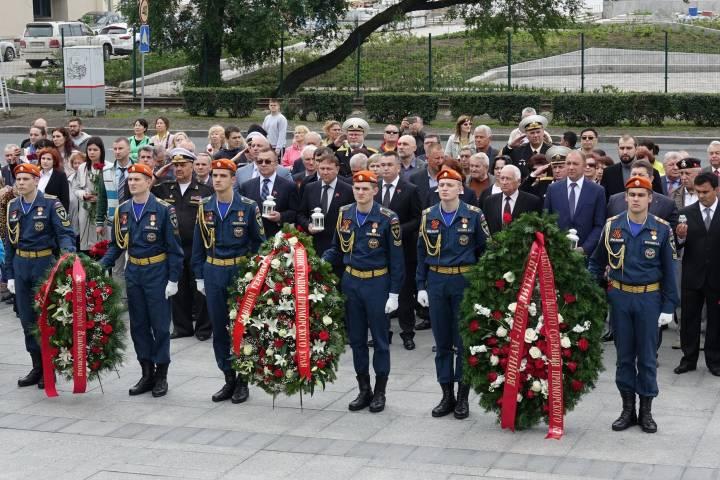 Краевые депутаты прошли в траурном шествии в День памяти и скорби