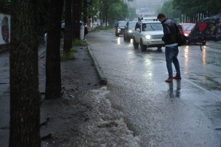 Автомобили «плывут» по затопленным дорогам Владивостока