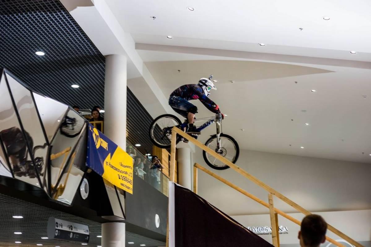 Скоростной спуск на велосипедах прошел во владивостокском торговом центре