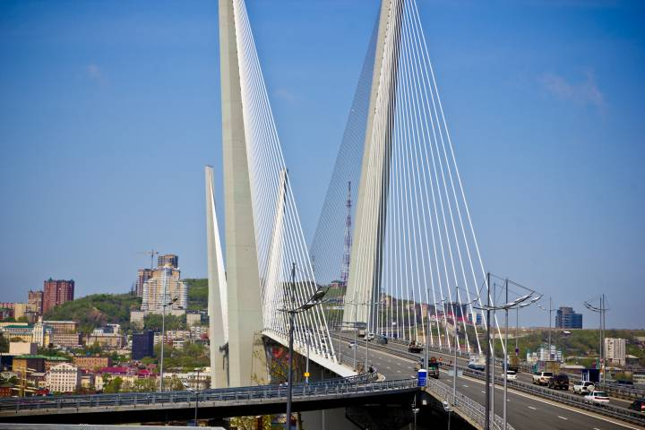 Дорожники начали заделывать дыры на Золотом мосту во Владивостоке