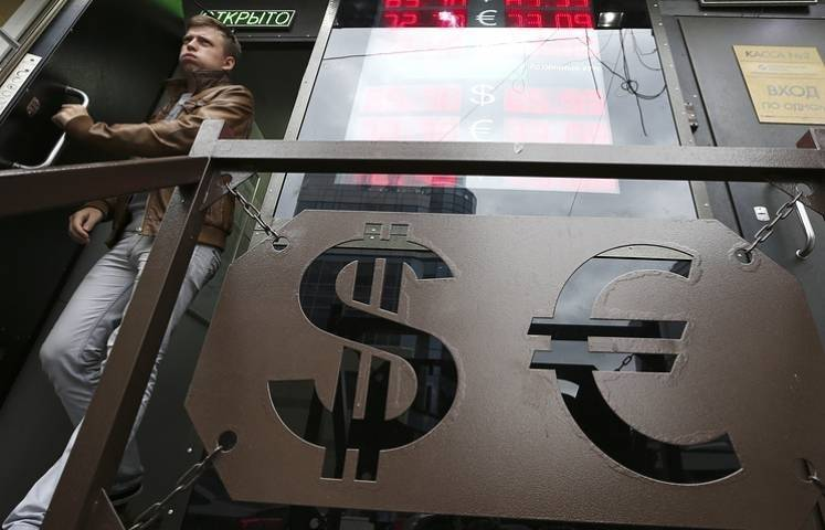 Доллар упал почти на 50 копеек, евро – на 72