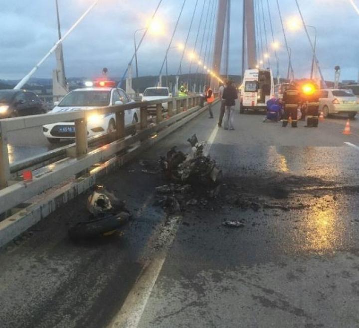 Мотоциклист, попавший в ДТП на Русском мосту, находится в больнице с многочисленными переломами