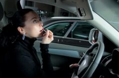 Помадой изуродовали автомобиль жительницы Владивостока