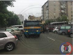 Припаркованные автомобили стали причиной длинной пробки во Владивостоке