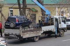 Автомобили массово эвакуируют на Семеновской во Владивостоке