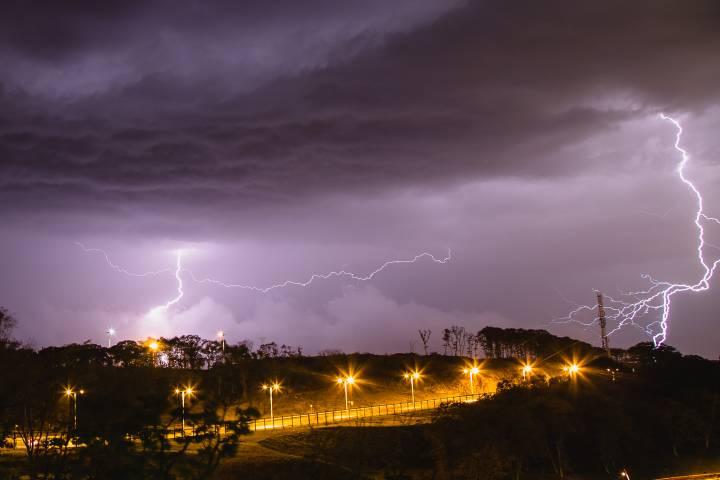 Очевидцы сняли на видео красивый удар молнии по Владивостоку