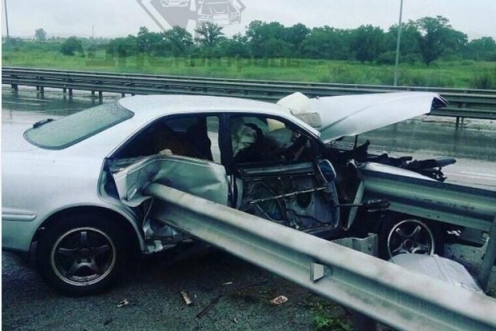В пригороде Владивостока водитель нанизал свой автомобиль на отбойник