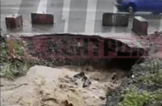 «Уходит на дно в прямом смысле»: дожди во Владивостоке размывают дорожное покрытие