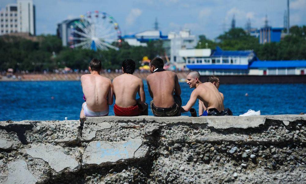 Солнечные выходные жители Владивостока провели на пляжах