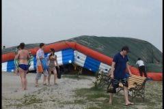 На пляже на мысе Кунгасном перевернулся надувной батут с детьми