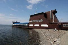 Во Владивостоке загорелась знаменитая баржа на набережной
