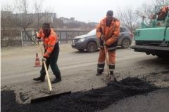 Во Владивостоке между водителем и дорожными рабочими произошел конфликт с потасовкой