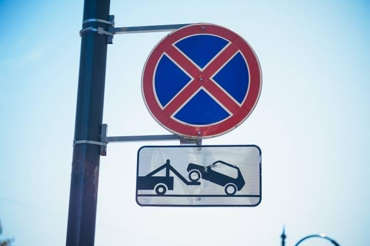 Большинство приморских автомобилистов игнорируют знак «Остановка запрещена»