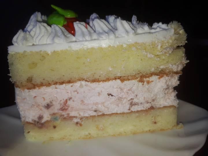Пирожное с «сюрпризом» приобрела жительница Владивостока в одной из столовых города